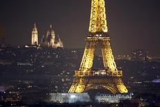La torre Eiffel y el Sagrado Corazón en una vista panorámica de París durante la cumbre del clima que se está celebrando en la capital francesa, el 7 de diciembre de 2015. La compañía francesa Engie y un grupo de firmas eléctricas y de gas europeas pidieron el martes que la principal herramienta para combatir el cambio climático sea el precio del carbón, más que objetivos de uso de energías renovables. REUTERS/Charles Platiau