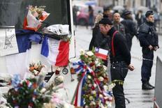 Jesse Hughes, da banda Eagles of Death Metal, durante homenagem às vítimas dos ataques em Paris.  08/12/2015     REUTERS/Charles Platiau