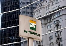 El logo de Petrobras en su casa matriz en Sao Paulo, abr 23, 2015. La estatal brasileña Petrobras está ofreciendo hasta un cuarto de su participación del 40 por ciento en el campo costa afuera de Libra, en el marco de su campaña por reducir su gigantesca deuda, la mayor en la industria petrolera a nivel mundial, dijeron el martes dos fuentes.  REUTERS/Paulo Whitaker