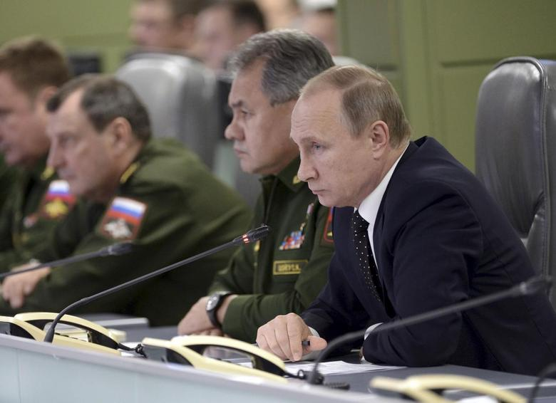 Russian President Vladimir Putin (R) with Defence Minister Sergei Shoigu (C) attend a meeting on Russian air force's activity in Syria at the national defense control center in Moscow, Russia, November 17, 2015. REUTERS/Alexei Nikolskyi/SPUTNIK/Kremlin