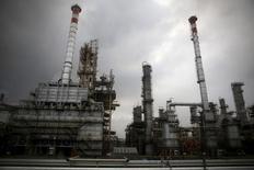 НПЗ госкомпании Pertamina на Яве. 26 ноября 2015 года. Цены на нефть растут за счет снижения запасов нефти в США, хорошей экономической статистики Японии и снижения импортных пошлин в Китае. REUTERS/Darren Whiteside