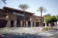 La politique d'approvisionnement en Chine de Wal-Mart Stores a détruit plus de 400.000 emplois aux Etats-Unis entre 2001 et 2013, selon un rapport de l'Economic Policy Institute (EPI) publié mercredi. /Photo prise le 20 avril 2015/REUTERS/David McNew