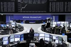 Operadores trabajando en la Bolsa de Fráncfort, el 26 de noviembre de 2015. Las bolsas europeas rebotaban el miércoles de las caídas de la sesión anterior, apoyadas por una estabilización en los valores relacionados con las materias primas gracias a la recuperación de los precios de la energía y los metales. REUTERS/Staff/Remote