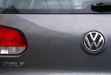Логотип Volkswagen на автомобиле в Сиднее 8 октября 2015 года. Занижение уровня потребления топлива и выбросов CO2 затронуло гораздо меньше автомобилей, чем ожидалось сначала, сообщил Volkswagen. REUTERS/David Gray