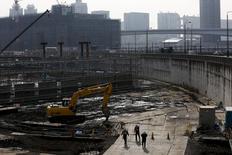 Foto de archivo de unos trabajadores en el sitio de una construcción en Tokio, 24 de novimebre de 2015. Los pedidos de maquinaria de Japón saltaron inesperadamente en octubre, registrando su mayor avance desde marzo del 2014, mostraron el miércoles datos del Gobierno, una reanudación sólida de la inversión que ayudaría a reducir las preocupaciones acerca de la debilidad en el gasto de capital. REUTERS/Thomas Peter/Files