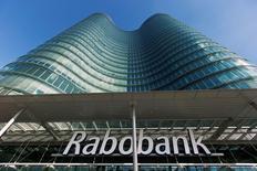 La banque coopérative néerlandaise Rabobank a annoncé mercredi une restructuration passant par la suppression de 9.000 emplois d'ici 2018, soit près d'un cinquième de ses effectifs, pour améliorer ses résultats et se préparer aux nouvelles normes prudentielles en Europe. /Photo d'archives/REUTERS/Michael Kooren