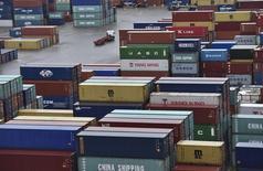 Le déficit commercial marchand britannique s'est creusé à 11,827 milliards de livres en octobre, soit davantage que prévu. Ces données publiées jeudi illustrent, au vu du bond des importations et du recul des exportations, la dépendance de l'économie du royaume à la consommation des ménages. /Photo prise le 7 janvier 2015/REUTERS/Toby Melville