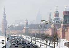 Вид на Кремль в Москве 28 января 2010 года. Министр финансов Антон Силуанов сказал, что расходы бюджета РФ в последний месяц года будут на уровне 2,4 триллиона рублей. REUTERS/Denis Sinyakov