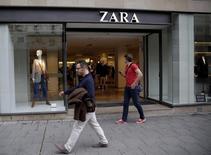 La textil gallega Inditex, dueña de la marca Zara, defraudó el jueves a los inversores que habían esperado sorpresas positivas en unas cuentas del tercer trimestre que se ajustaron estrictamente a lo previsto. En la imagen, la entrada de una tienda de Zara, del grupo Inditex, situada en el centro de Madrid, el 16 de septiembre de 2015. REUTERS/Andrea Comas