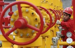 Foto de archivo de un trabajador revisando los oleoductos en un campo petrolero de PetroChina, en las afueras de Guang'an, China, 7 de diciembre de 2007. PetroChina está discutiendo la venta de una participación en sus gasoductos domésticos, cuyo un valor total estimado ascendería a 47.000 millones de dólares, dijeron fuentes a Reuters. REUTERS/Stringer/Files