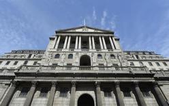 El Banco de Inglaterra, visto en Londres, 7 de agosto de 2013. Las autoridades del Banco de Inglaterra decidieron el jueves mantener las tasas de interés en un mínimo del 0,5 por ciento por 8 votos a favor y 1 en contra, al tomar en cuenta un nuevo declive en los precios globales del crudo y el débil aumento en los salarios del país. REUTERS/Toby Melville