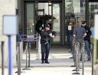 Охрана на входе в здание ООН в Женеве. 10 декабря 2015 года. Власти Женевы повысили в четверг уровень опасности в городе и сообщили, что ищут подозреваемых, связанных с ноябрьскими атаками в Париже. REUTERS/Pierre Albouy