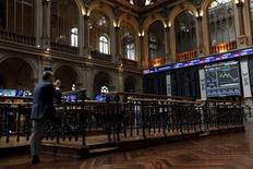 La bolsa española cerró el jueves con pérdidas por octava sesión consecutiva, en línea con otros mercados europeos, en una sesión marcada por la estabilización de los precios de las materias primas mientras el petróleo cotiza cerca de mínimos de siete años.  En la imagen, un trader en la Bolsa de Madrid, el 29 de junio de 2015.  REUTERS/Susana Vera