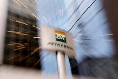El logo de Petrobras en la casa matriz de la petrolera estatal en Sao Paulo, abr 23, 2015. La brasileña Petróleo Brasileiro S.A. planea vender alrededor de 20.000 millones de dólares de deuda el próximo año para financiar sus necesidades de 2017, dijo el jueves Aldemir Bendine, presidente ejecutivo de la petrolera operada por el Estado conocida como Petrobras, a Bloomberg News.   REUTERS/Paulo Whitaker