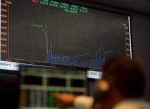 """Un operador observa un monitor con información bursátil en la bolsa de Sao Paulo, sep 10, 2015. El real de Brasil cayó el jueves con fuerza y volvió a cotizar en 3,80 unidades por dólar, luego que la agencia Moody's dejó la calificación """"Baa3"""" del país en revisión para una rebaja y en medio de un ambiente político incierto que hizo que la Bolsa de Sao Paulo cerrara con una baja.   REUTERS/Paulo Whitaker"""