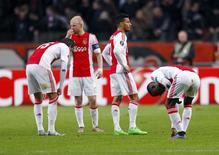 Jogadores do Ajax lamentam em jogo contra o Molde.  10/12/15.  REUTERS/Michael Kooren