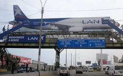 Un cartel muestra un avión de LAN Airlines, miembro de LATAM Airlines Group, cerca del aeropuerto Jorge Chávez en Callao, Perú, 10 de agosto de 2015. LATAM, el mayor grupo de transporte aéreo de América Latina, reportó el jueves un alza interanual del 2,1 por ciento en su tráfico de pasajeros de noviembre, apoyado especialmente en sus operaciones de habla hispana y de largo alcance. REUTERS/Mariana Bazo