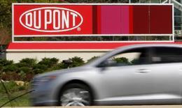 El logo de DuPont en un cartel en una de sus instalaciones en Wilmington, Delaware, 17 de abril de 2012. Los dos gigantes estadounidenses de la industria de químicos DuPont y Dow Chemical Co acordaron fusionarse en una operación basada sólo en acciones que da un valor de 130.000 millones de dólares a la firma combinada y que incluye planes de dividir eventualmente a la nueva compañía en tres empresas. REUTERS/Tim Shaffer