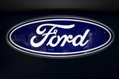 El logo de Ford, visto en una de sus sucursales en Caracas, 27 de marzo de 2015. Ford Motor Co planea invertir 4.500 millones de dólares adicionales para el 2020 en programas para ampliar su oferta de vehículos híbridos y eléctricos, dijo el jueves el presidente ejecutivo de la firma, Mark Fields. REUTERS/Carlos Garcia Rawlins