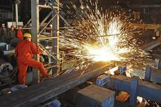 En la imagen de archivo, un obrero trabaja en una fábrica de Dongbei Special Steel Group Co. Ltd., en Dalian, provincia de Liaoning, China, el 5 de diciembre de 2015. Los datos de la actividad económica de China resultaron más fuertes de lo esperado en noviembre, con un repunte en la producción de las fábricas a un máximo de cinco meses, lo que indica que una serie de medidas de estímulo de Pekín podría haber puesto piso a una economía frágil. REUTERS/China Daily