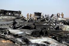 Египетские военные у обломков российского самолета. 1 ноября 2015 года. Египетские эксперты завершили подготовку предварительного отчета о причинах крушения российского лайнера А321 на Синайском полуострове, сообщило министерство гражданской авиации в понедельник. REUTERS/Mohamed Abd El Ghany