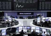 Les actions de la zone euro devraient profiter en 2016 de la politique monétaire de la Banque centrale européenne, de la faiblesse de la monnaie unique et des cours du pétrole, estiment les gérants et analystes Le CAC 40 finirait l'année à 5200 points. /Photo prise le 14 décembre 2015/REUTERS