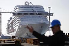 Vista de un crucero de MSC, en el puerto STX Les Chantiers de l'Atlantique, en Saint-Nazaire, Francia, 14 de marzo de 2013.    MSC Cruises se convertirá esta semana en la primera línea importante de cruceros en comenzar a operar en Cuba, como parte de sus esfuerzos por lograr una presencia cada vez más global, dijo el presidente ejecutivo del grupo suizo. REUTERS/Stephane Mahe