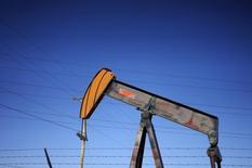 Una unidad de bombeo de petróleo, vista en un campo cerca de Denver, Colorado, 2 de febrero de 2015. Los futuros del petróleo bajaban hasta 4 por ciento el lunes, acercándose a su menor nivel en 11 años ante los temores a que un exceso mundial de suministros se agudice en los próximos meses y produzca una guerra de precios entre los productores dentro y fuera de la OPEP. REUTERS/Rick Wilking