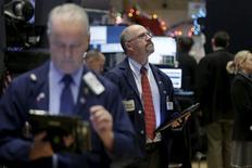 Operadores trabajando en la Bolsa de Nueva York, 1 de diciembre de 2015. Los precios de los bonos estadounidenses caían el lunes durante una sesión volátil, mientras los operadores esperaban lo que sería la primera alza de tasas de interés por parte de la Reserva Federal en nueve años esta semana. REUTERS/Brendan McDermid