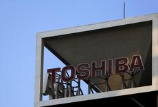 Toshiba envisage de supprimer jusqu'à 7.000 emplois dans le cadre d'une réorganisation faisant suite à un scandale comptable, les coupes claires touchant essentiellement l'électronique grand public, écrit le quotidien financier Nikkei. /Photo prise le 6 novembre 2015/REUTERS/Yuya Shino