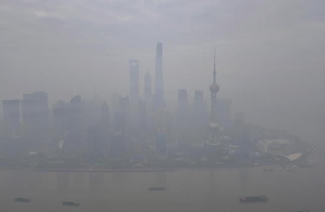 12月15日、中国の上海市では、大気汚染によるスモッグが今年1月以来の高い濃度となり、臨時休校や屋外活動の禁止を余儀なくされた。写真は濃いスモッグに覆われた上海。11月撮影(2015年 ロイター)