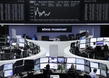 Las bolsas europeas subían el martes rebotando de las fuertes caídas de la sesión anterior, con el alza de importantes empresas francesas impulsando la renta variable de la región. En la imagen, traders en la Bolsa de Fráncfort, el 14 de diciembre de 2015. REUTERS/Staff