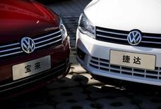 Автомобили Volkswagen Bora и Jetta в автосалоне в Пекине. 1 октября 2015 года. Китайская природоохранная организация заявила, что подала в суд на немецкий автоконцерн Volkswagen за использование в его автомобилях программного обеспечения, позволяющего обойти экологические нормы. REUTERS/Kim Kyung-Hoon