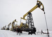 Рабочий на месторождении Гремихинское Удмуртнефти к востоку от Ижевска 7 декабря 2007 года. Помощник президента России Андрей Белоусов сказал во вторник, что ждет продолжительного периода низких цен на нефть. REUTERS/Sergei Karpukhin