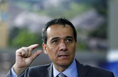 El ministro de Finanzas de Perú, Alonso Segura, habla con los medios antes de la reunión del Banco Mundial con el FMI, en Lima, 6 de octubre de 2015. La actividad económica de Perú habría crecido alrededor de un 3 por ciento interanual en octubre, en medio de un continuo avance de los sectores primarios, dijo la noche del lunes el ministro de Economía, Alonso Segura. REUTERS/Mariana Bazo