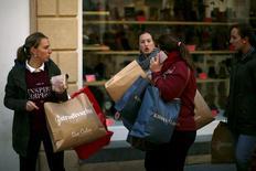 Mujeres con bolsas de compras en Ronda, cerca de Málaga, el 27 de noviembre de 2015. La evolución de los precios al consumidor en España siguió en territorio negativo durante noviembre, en medio de la persistente baja del mercado del petróleo, aunque una progresiva recuperación de la demanda contribuía a frenar el retroceso. REUTERS/Jon Nazca