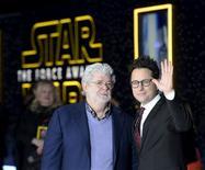 """El creador de la Guerra de las Galaxias,  George Lucas (izq.), y el director, J. J. Abrahms, posan a la entrada de la premiere de """"El Despertar de la Fuerza"""", en Hollywood, California, el 14 de diciembre de 2015. Rodeados de guardias de asalto y espadas láser, """"La Guerra de las Galaxias: El despertar de la fuerza"""", la muy esperada película de Disney, hizo su debut estelar el lunes y todas las miradas se centraron en un solo hombre: George Lucas. REUTERS/Kevork Djansezian"""