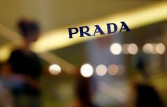 Prada affiche une baisse de 37,6% de son bénéfice trimestriel, en raison du ralentissement économique de la région Asie-Pacifique, surtout à Hong Kong, les touristes chinois fortunés choisissant de nouvelles destinations pour faire leur shopping. /Photo d'archives/REUTERS/Bobby Yip