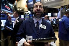 Трейдеры на фондовой бирже в Нью-Йорке. 15 декабря 2015 года. Американские фондовые индексы резко выросли на утренних торгах во вторник накануне ожидаемого повышения процентной ставки Федрезервом США, в то время как цены на нефть скорректировались после падения практически до минимума 11 лет в понедельник. REUTERS/Brendan McDermid