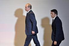 Премьер Италии Маттео Ренци (справа) и президент России Владимир Путин идут на пресс-конференцию после встречи в Милане 10 июня 2015 года. Постпреды стран ЕС обсудят в пятницу продление санкций против России еще на полгода, сказал президент Европейского совета Дональд Туск во вторник. REUTERS/Flavio Lo Scalzo