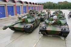 Le français Nexter, fabricant du char Leclerc, et l'allemand KMW ont  finalisé leur fusion après près d'un an et demi de discussions. /Photo d'archives/REUTERS/Charles Platiau