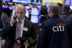 Operadores trabajando en la bolsa de Wall Street en Nueva York, dic 15, 2015. Las acciones de Estados Unidos se encaminaban a un segundo día al alza el martes debido a que los títulos de firmas energéticas subían junto a la recuperación de los precios del petróleo, un día antes de una ampliamente esperada alza de las tasas de interés por parte de la Reserva Federal.  REUTERS/Brendan McDermid