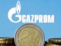 Монеты евро на фоне логотипа Газпрома. Зеница, 21 апреля 2015 года. Газпром назвал безосновательным антимонопольное расследование Еврокомиссии, связанное с контрактами на поставку газа европейским покупателям. REUTERS/Dado Ruvic