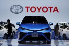 Toyota anticipe pour 2016 des ventes mondiales de 10,11 millions de véhicules, soit un niveau inchangé par rapport à son estimation pour cette année, ce qui devrait permettre au constructeur japonais de conserver sa place de numéro un mondial du secteur automobile devant Volkswagen et General Motors. /Photo prise le 21 avril 2015/REUTERS/Aly Song