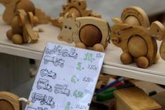 Productos de madera a la venta en la Feria de Artes Aplicadas, en Riga, Letonia, 1 de junio de 2013. La inflación de la zona euro en noviembre fue revisada al alza hasta el 0,2 por ciento, subiendo un poco más de lo esperado debido sobre todo a una desaceleración de la caída de los precios energéticos, dijo el miércoles la agencia de estadísticas de la Unión Europea. REUTERS/Ints Kalnins
