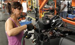 Una trabajadora instala partes en el tablero de un auto Chevrolet Cruze, en la planta de ensamblaje de General Motors, en Lordstown, Ohio, 22 de julio de 2011. La producción industrial en Estados Unidos registró en noviembre su mayor declive en más de tres años y medio debido a una fuerte baja en las energéticas, en una señal de debilidad que podría contener el crecimiento en el cuarto trimestre. REUTERS/Aaron Josefczyk