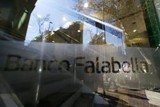 Una sucursal del banco Falabella en el centro de Santiago, ago 25, 2014. La morosidad de los clientes bancarios en Chile aumentó ligeramente este año, mientras que el monto adeudado subió en promedio a 20.000 dólares, en medio de la desaceleración económica, reveló el miércoles un estudio del regulador.  REUTERS/Ivan Alvarado