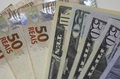 Notas de dólar e real em casa de câmbio do Rio de Janeiro. 10/09/2015 REUTERS/Ricardo Moraes