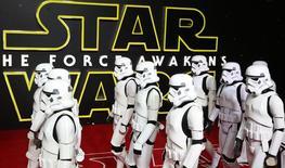 Personagens na pré-estreia europeia de Star Wars, em Londres, Reino Unido, nesta quarta-feira. 16/12/2015 REUTERS/Paul Hackett