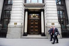 Personsa caminan junto a la Bolsa de Metales de Londres, en Londres, 22 de julio de 2011. La Bolsa de Metales de Londres (LME) incluirá minerales y otros productos metálicos en su nuevo sistema de seguimiento electrónico de materiales almacenados fuera de sus bodegas y, más adelante, podría expandirse a otras materias primas, dijo uno de sus ejecutivos. Paul Hackett / Reuters